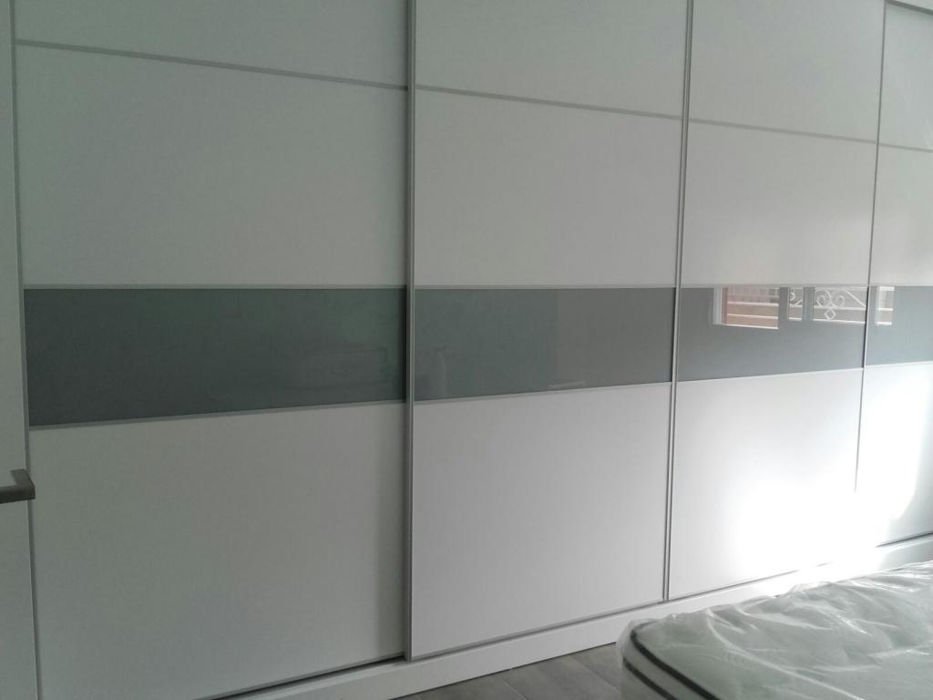 Tarima gris y puertas blancas with tarima gris y puertas for Suelo gris y puertas blancas
