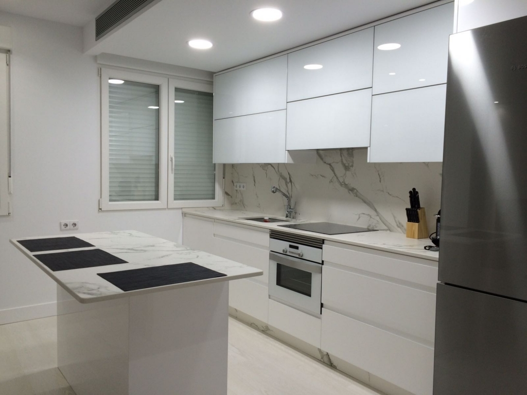 Creaciones estilo carpinter a cocinas muebles for Encimera de cocina lacada en blanco negro