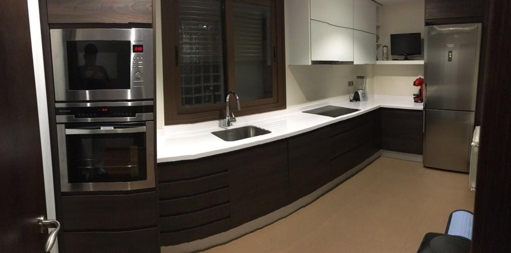 Creaciones estilo carpinter a cocinas muebles for Cocinas wengue y blanco